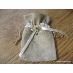 Les 5 sachets à dragées en toile de jute avec dentelle, ruban satin et petite clé
