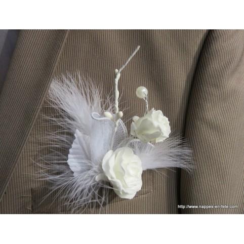 broche boutonnière modèle aux roses blanches