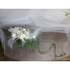 Centre de table en métal chromé aux roses blanches