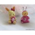 Figurine bébé lapin rose pour baptême