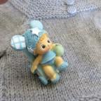 Figurine bébé garçon dans poussette pour baptême
