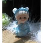 Figurine bébé garçon assis bleu pour baptême