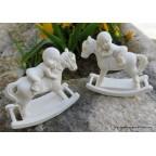 paire de bébés sur cheval à bascule pour baptême ou naissance