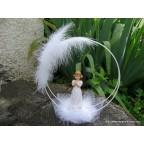 Figurine communiante debout en robe blanche