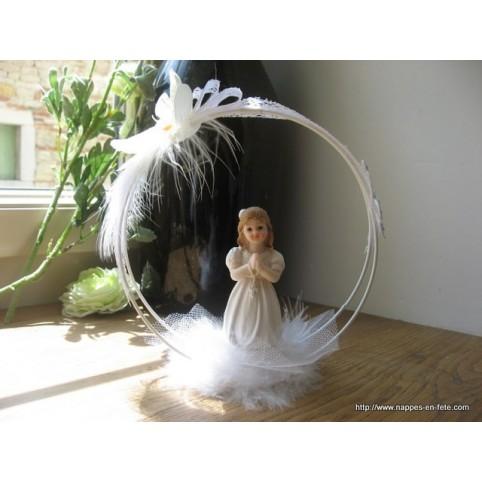 Figurine communiante à longs cheveux à genoux, centre de table