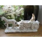 Originale figurine de mariés avec cheval et calèche