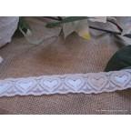 dentelle blanche avec coeurs pour deco de mariage