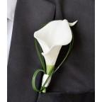 broche boutonnière mariage avec arum blanc