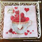 Serviette de table en papier avec coeurs