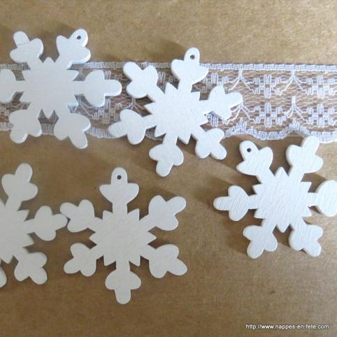 flocons de neige en bois peint pour deco de table de Noël