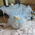 pochon ballotin à dragées organdi bleu en plumetis pour baptême, communion ou mariage