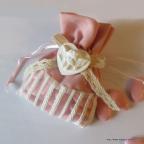 Très joli petit sac à dragées bicolore en lin rose orné de dentelle et d'un petit ange