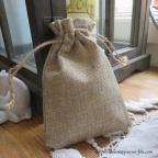 petit sac contenant dragées en toile de jute