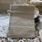 Très joli petit sac à dragées en lin orné de dentelle