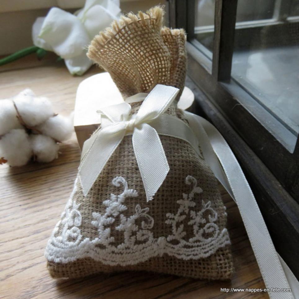 petit sac à dragées en toile de jute orné de dentelle