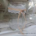 déco de table de mariage avec bocaux en verre et dentelle vintage