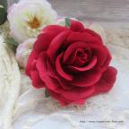 Rose rouge broche, également montée sur pince crocodile