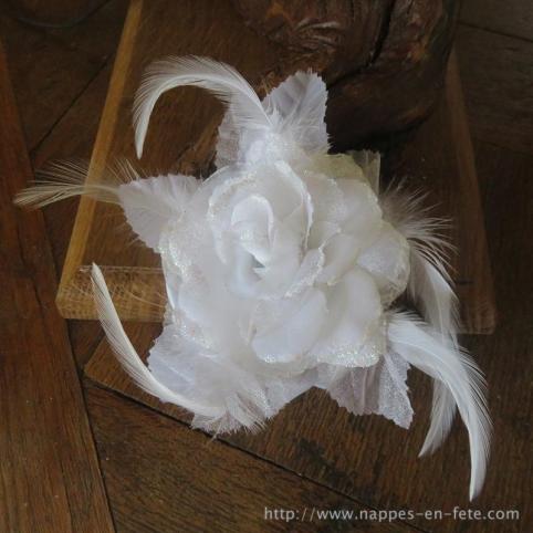 fleur blanche avec plumes montée en broche avec élastique pour cheveux