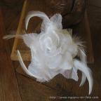 Fleur blanche ornée de plumes pour mariage