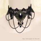 collier gothique noir en dentelle avec médaillon noir à facettes