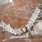 collier gothique en dentelle blanche avec médaillon camée perles