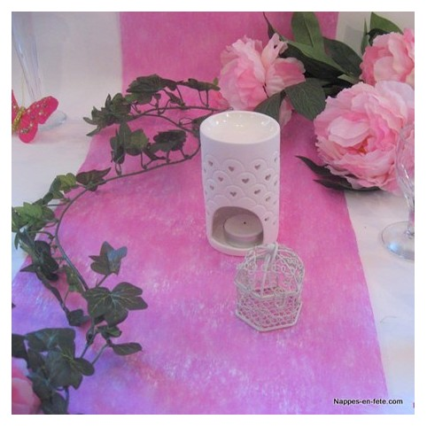 Chemin de table rose intissé